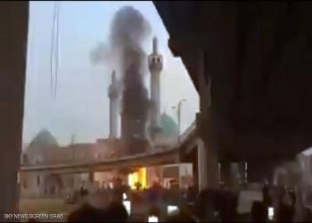 العراق.. متظاهرون يضرمون النار بضريح شيعي في النجف (فيديو)