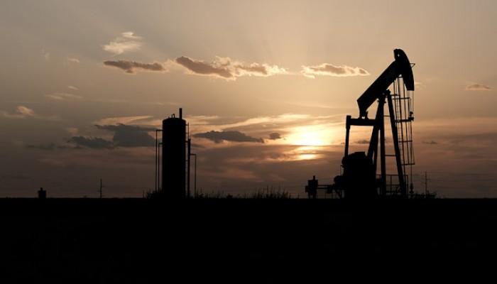 """النفط يتراجع مع استعداد """"أوبك+"""" لبحث المزيد من خفض الإنتاج"""