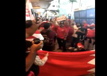 """فيديو.. جماهير البحرين تهتف في مطار الدوحة """"خليجنا واحد"""""""