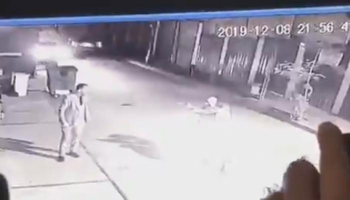 العراق.. مسلحون يغتالون ناشطا بالاحتجاجات وإصابة 2 آخرين (فيديو)