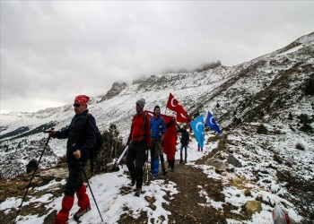 أتراك يتسلقون جبل كوبي لتسليط الضوء على قضية الإيجور