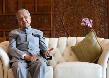 مهاتير يتعهد بترك رئاسة وزراء ماليزيا لأنور لكن ليس قبل نوفمبر