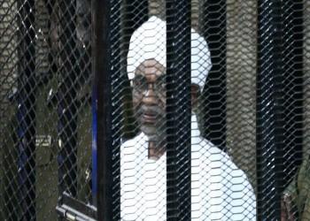 السودان.. هتافات غاضبة ضد البشير أثناء التحقيق معه حول انقلاب 1989