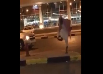 السعودية.. اعتقال واعظ رمى امرأة في الشارع بالحذاء ووصفها بالزانية