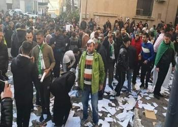 متظاهرون جزائريون يحطمون مركزين انتخابيين.. (فيديو)