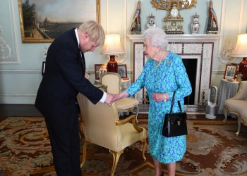 ملكة بريطانيا تفوض جونسون بتشكيل حكومة جديدة