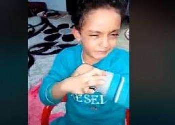 مصرية تعذب طفلها أمام الكاميرا لتستفز طليقها