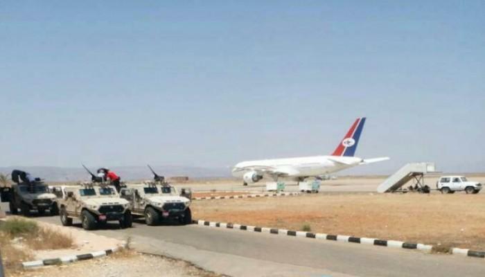 عناصر تابعة للإمارات تقتحم مطار سقطرى وتهرّب مطلوبين (فيديو)