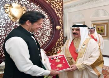 ملك البحرين يمنح رئيس وزراء باكستان وساما خلال زيارته للمنامة