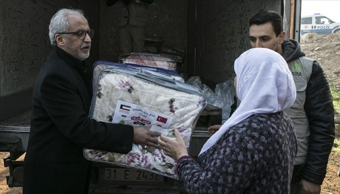 سفير الكويت في تركيا يوزع مساعدات على السوريين