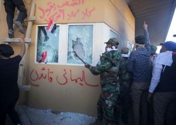 محتجون يخطون اسم قاسم سليماني على السفارة الأمريكية ببغداد