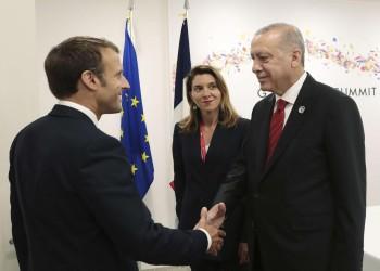 رغم التوتر.. أردوغان يتباحث مع ماكرون بشأن ليبيا وسوريا