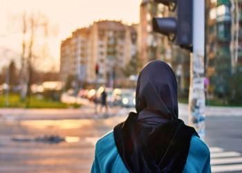 اتهام أمريكية بالكراهية.. حاولت خنق طالبة سعودية بحجابها