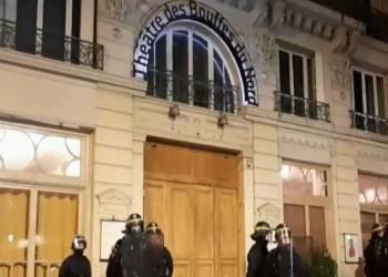 ماكرون وزوجته يتعرضان لموقف فريد من نوعه في مسرح بباريس