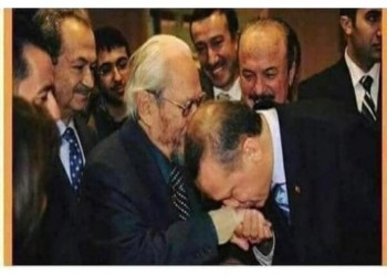 تقبيل أردوغان ليد معلمه يفجر جدلا بين المغردين