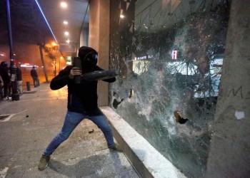 الزواج المشبوه بين المال والنخبة.. لماذا يهاجم المحتجون اللبنانيون المصارف في البلاد؟