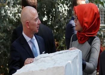 بيزوس ينشر صورة له مع خطيبة خاشقجي أمام النصب التذكاري له