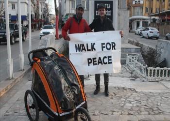 مشيا على الأقدام.. بريطاني يصل تركيا في رحلة سلام إلى مكة