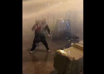متظاهر لبناني يواجه مع طفله قوات الأمن يثير جدلا على تويتر