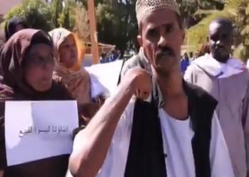 أسر سودانية تتظاهر ضد الإمارات: خدعت أبناءنا لتجنيدهم