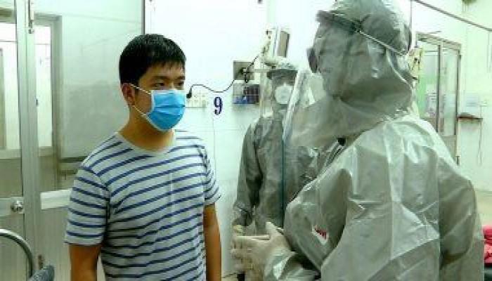 إصابة طبيب صيني مشهور بفيروس كورونا القاتل عبر العينين