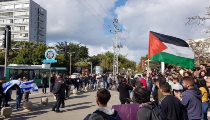 طلاب عرب يرفعون علم فلسطين بجامعة تل أبيب رفضا لصفقة القرن