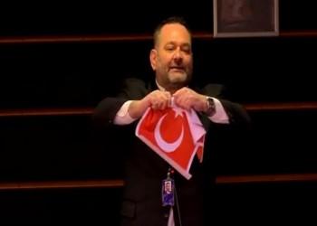 الخارجية اليونانية تدين تمزيق العلم التركي