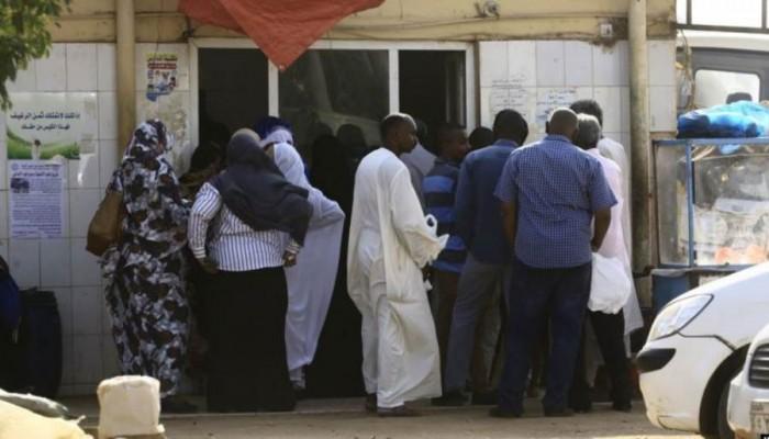 محتجون سودانيون يغلقون طريقا رئيسا بالخرطوم لانعدام الخبز