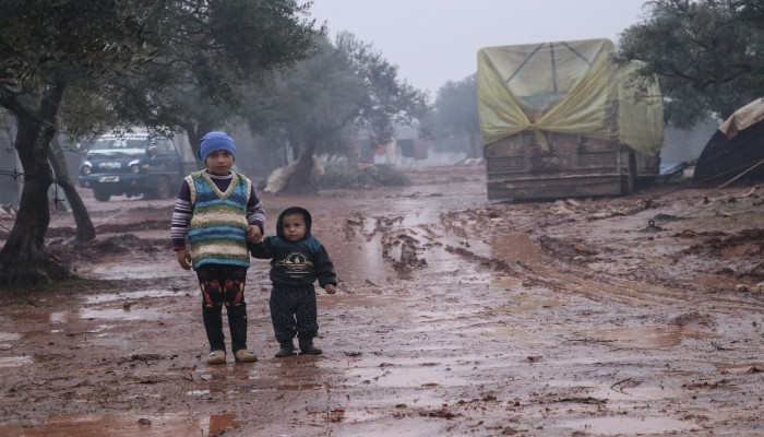 الأنفاس.. وسيلة التدفئة الوحيدة لمهجري إدلب