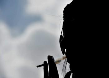 سعوديات يمارسن حريتهن بالتدخين علنا لكن بعيدا عن أعين أسرهن