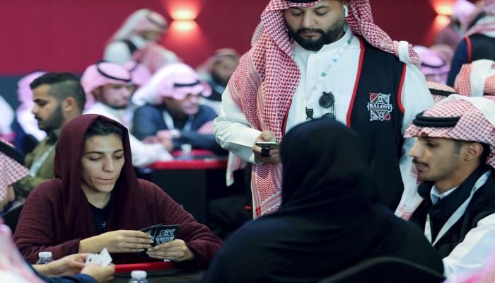 غضب سعودي من مشاركة النساء في بطولة البلوت