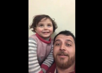 سوري يحتال على ابنته لتهوين أصوات قصف إدلب (فيديو)