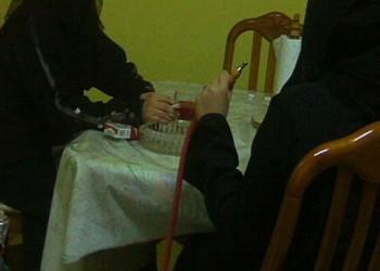 اتهام أم سعودية بالإهمال لتصويرها طفلتها تدخن الشيشة