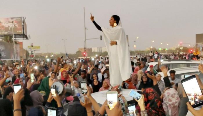 ترشيح الكنداكة السودانية آلاء صلاح لنيل جائزة نوبل للسلام