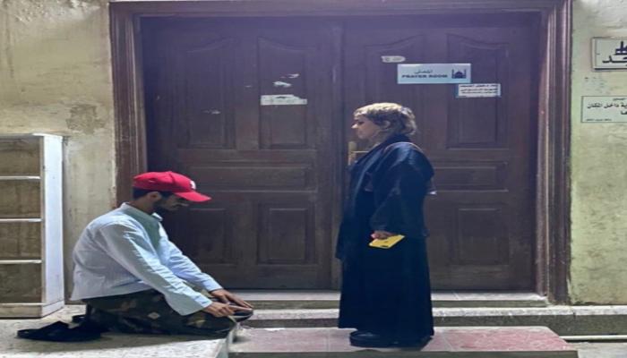 صور لشاب يسجد لفتاة في السعودية تثير جدلا ومطالبات بتوقيفه