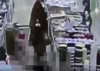 شاهد كيف أنقذت ممرضة سعودية شابا سقط أرضا في مركز تسوق