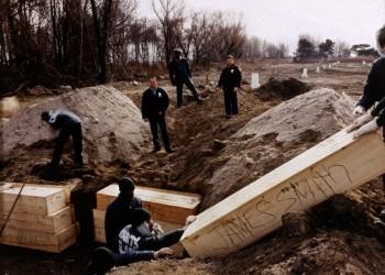 سجناء نيويورك يتقاضون 6 دولارات بالساعة نظير حفر مقابر جماعية