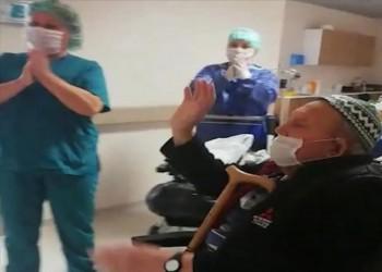 ثمانيني تركي يتغلب على كورونا ويغادر المستشفى وسط التصفيق