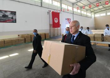 الرئيس التونسي يحمل أغذية للمحتاجين بسبب كورونا (فيديو)