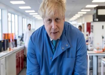 جونسون على رأس حكومة بريطانيا رغم وجوده بالمستشفى