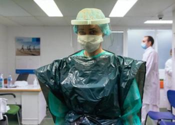 بريطانيا.. الأطباء يرتدون أكياس القمامة للوقابة من كورونا