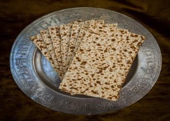 نقل خبز الماتسا من إسرائيل إلى يهود مصر للاحتفال بعيد الفصح