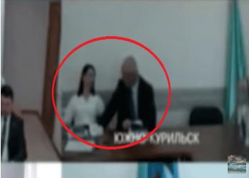 مسؤول روسي يتحرش بمساعدته خلال لقاء عمل عبر الفيديو