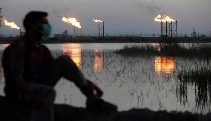 عقود النفط الأمريكي تهوي 25% وبرنت يتراجع