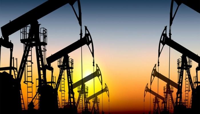 النفط يواصل خسائره مع تقلص طاقة التخزين العالمية وتراجع الطلب