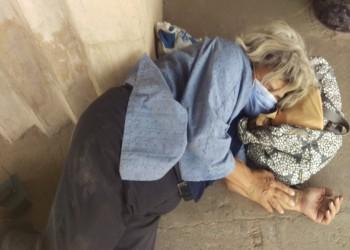 صورة مؤلمة لوالدة علاء عبدالفتاح أمام سجن طرة