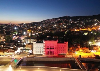 مبنى بلدية سراييفو التاريخي يتشح بالعلم القطري