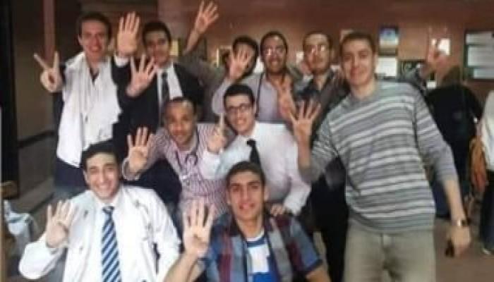 بعصا الانتماء للإخوان.. صحف الموالاة في مصر ترهب الأطباء المحتجين