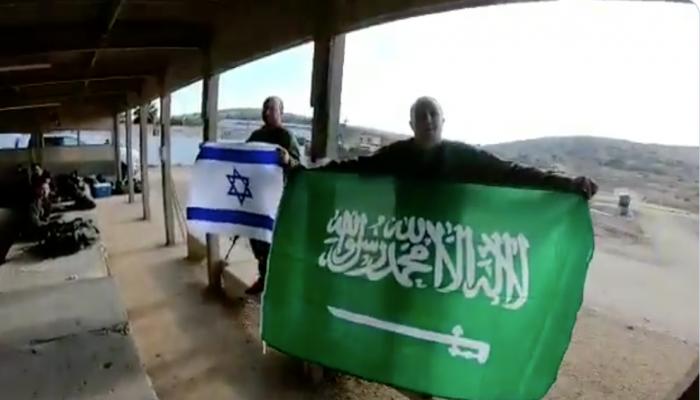 فيديو.. إسرائيلي يرفع علم السعودية ويتمنى زيارتها