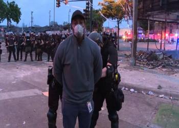 اعتقال طاقم سي إن إن على الهواء خلال بث احتجاجات فلويد